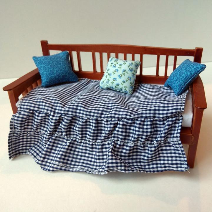 Диван для кукол с подушками Миниатюра 1:12