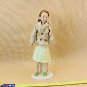 Кукла Девушка в клетчатой юбке Миниатюра 1:12