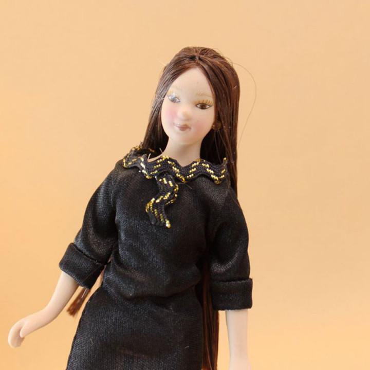 Кукла Девушка с длинными волосами в черном платье Миниатюра 1:12