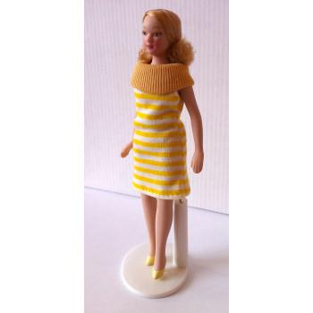 Кукла Девушка в полосатом платье Миниатюра 1:12