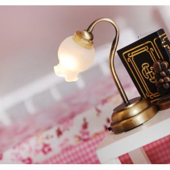Настольная лампа с матовым плафоном на батарейке для кукол